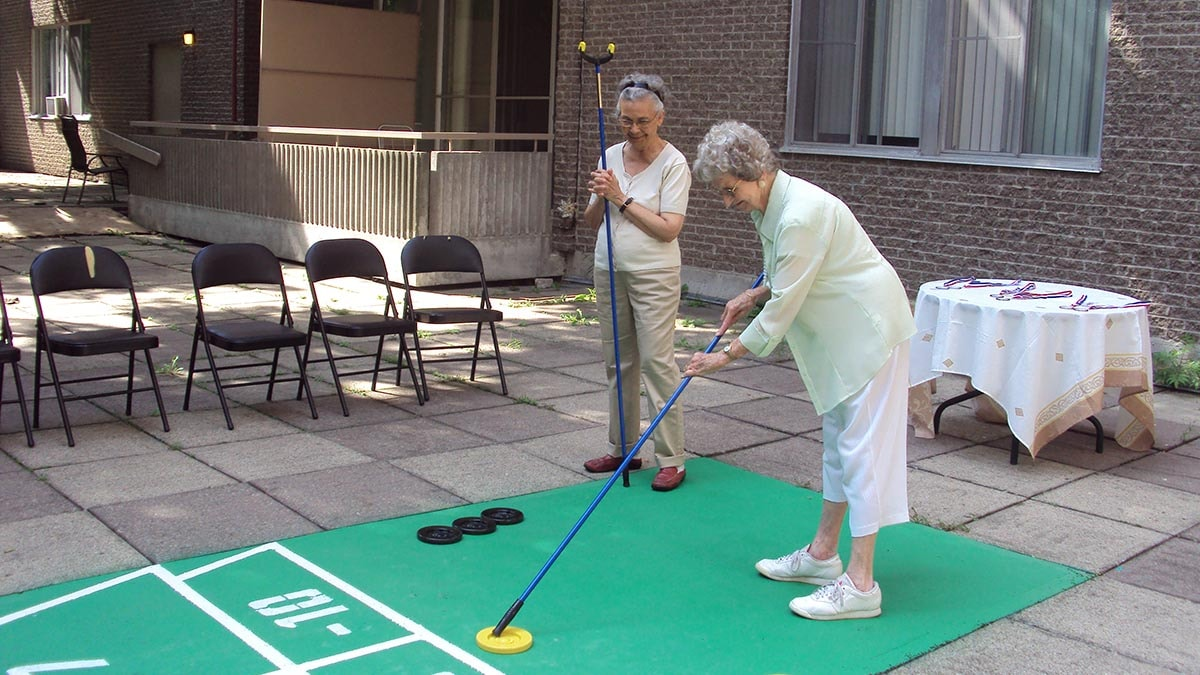 residents playing shuffleboard at Chartwell Manoir Kirkland résidence pour retraités