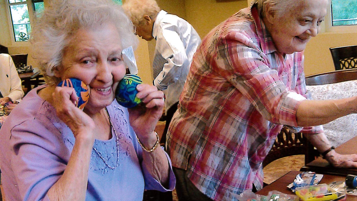 residents doing crafts at Chartwell Muskoka Traditions Retirement Residence