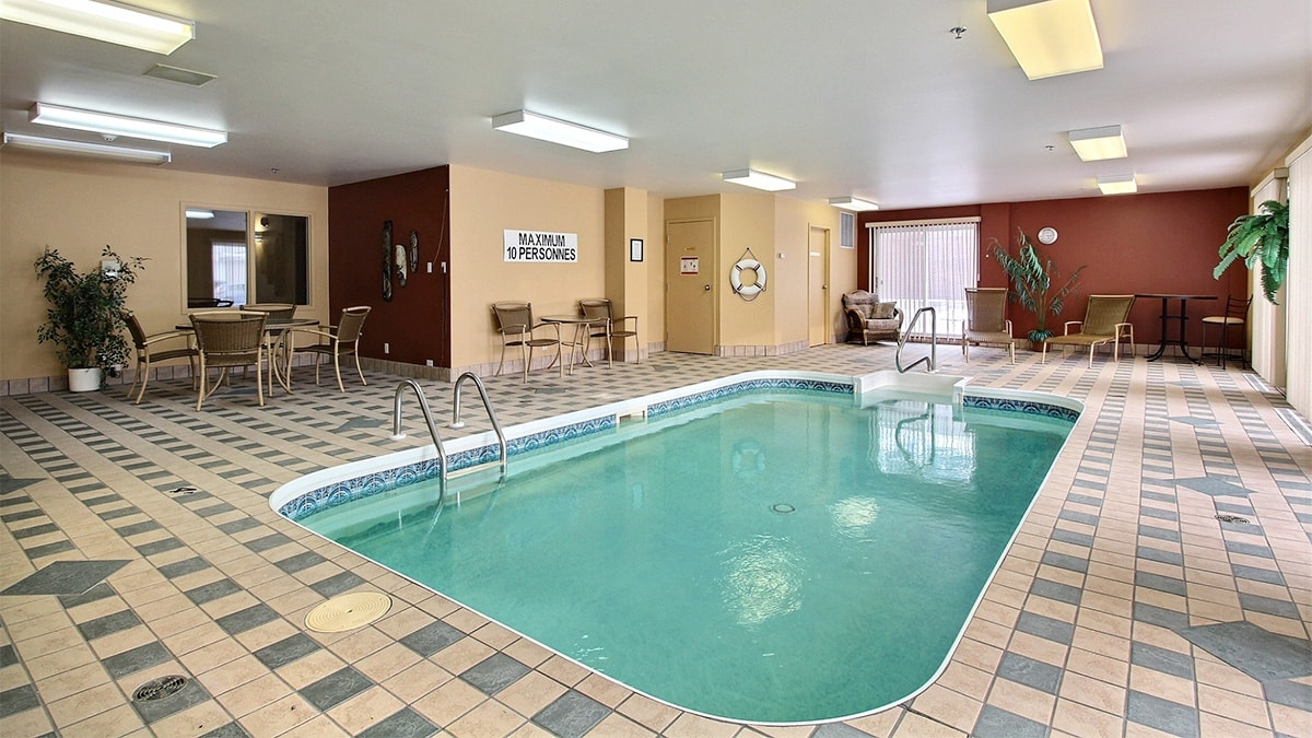 A beautiful indoor pool at Chartwell Notre-Dame Victoriaville résidence pour retraités with natural light