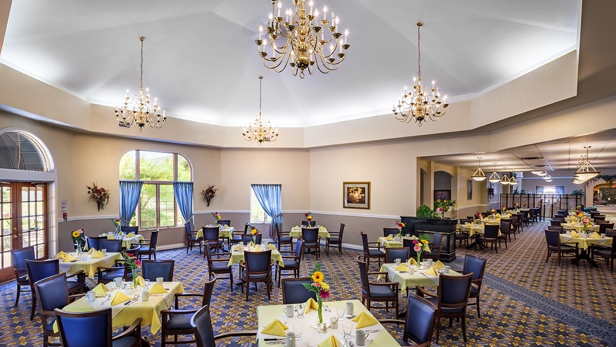 large dining room at Chartwell Oak Park Terrace Retirement Residence