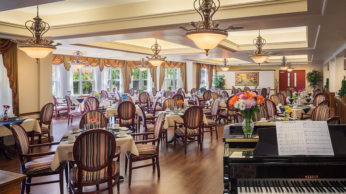 large dining room at Chartwell Royal on Gordon Retirement Residence