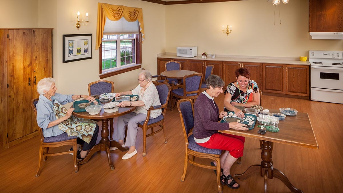 Residences eating at Chartwell Anne Hathaway retirement residence